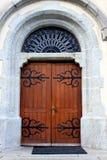 与五颜六色的玻璃的哥特式木教会门 免版税库存图片