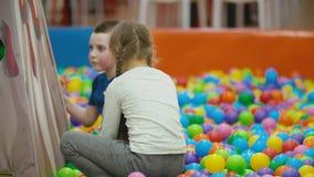 与五颜六色的球的儿童游戏 股票视频