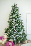 与五颜六色的球的圣诞树 免版税图库摄影