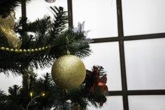 与五颜六色的球的圣诞树 免版税库存照片