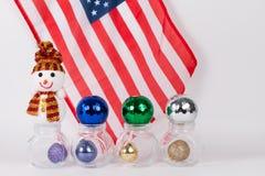 与五颜六色的球的圣诞节装饰品与美国国旗 库存照片