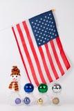 与五颜六色的球的圣诞节装饰品与美国国旗 免版税库存照片