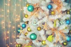 与五颜六色的球的白色装饰xmas树,葡萄酒定了调子,圣诞节 库存照片