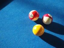 与五颜六色的球的蓝色台球台,落袋撞球酒吧 免版税图库摄影