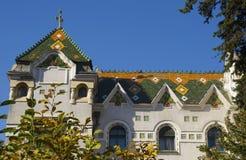 与五颜六色的瓦屋顶的大别墅 库存图片