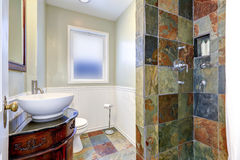 与五颜六色的瓦片墙壁修剪的卫生间内部 库存图片