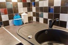 与五颜六色的瓦片的厨房水槽 免版税库存照片