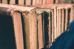 与五颜六色的皮革盖子的老使用的葡萄酒书在市场上说谎在意大利 关闭 库存图片