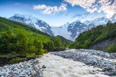 与五颜六色的石头的美丽的山小河 库存照片