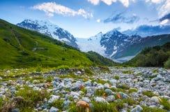 与五颜六色的石头的美丽的山小河 免版税图库摄影