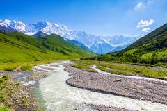 与五颜六色的石头的美丽的山小河 免版税库存图片