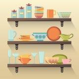 与五颜六色的碗筷的厨房架子 免版税库存照片