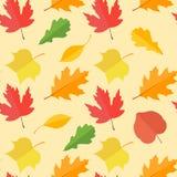 与五颜六色的秋叶的无缝的样式在黄色背景 免版税库存照片