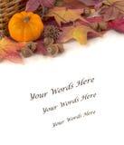 与五颜六色的秋天叶子和橡子的微型您的文本的南瓜在与背景空间的表上或室 免版税库存照片
