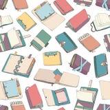 与五颜六色的笔记薄,笔记本,日志,写生簿的无缝的样式手拉在白色背景 背景与 向量例证