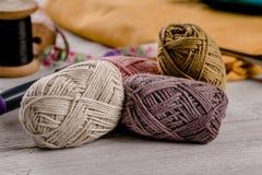 与五颜六色的织品的五颜六色的羊毛在背景中 库存图片