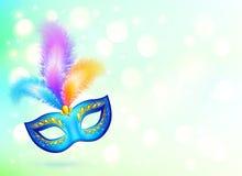 与五颜六色的羽毛横幅的蓝色狂欢节面具 免版税库存图片