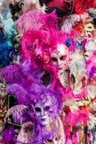与五颜六色的羽毛的狂欢节面具 免版税库存图片