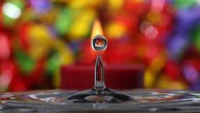 水与五颜六色的背景反射的飞溅小滴 库存图片