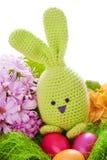 与五颜六色的花和复活节彩蛋的兔宝宝 库存图片
