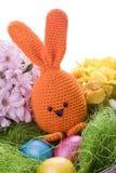 与五颜六色的花和复活节彩蛋的兔宝宝 免版税库存照片