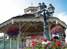 与五颜六色的花的一个眺望台 库存图片