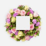 与五颜六色的花的创造性的布局,叶子和拷贝间隔卡片笔记 平的位置 库存图片