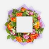 与五颜六色的花的创造性的布局,叶子和拷贝间隔卡片笔记 平的位置 免版税库存照片