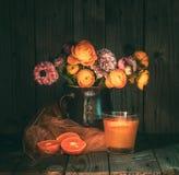与五颜六色的花的喜怒无常的静物画在水罐 免版税库存图片