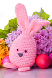 与五颜六色的花的复活节兔子 免版税库存图片