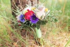 与五颜六色的花的婚礼花束 免版税库存照片