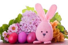 与五颜六色的花的手工制造复活节兔子 免版税库存图片