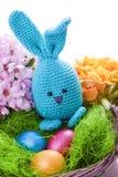 与五颜六色的花的手工制造复活节兔子 免版税库存照片
