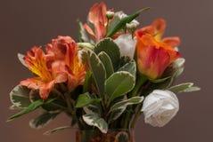 与五颜六色的花的新娘花束在婚礼之日 免版税库存照片