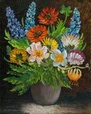 与五颜六色的花的花束在一个灰色花瓶 免版税图库摄影