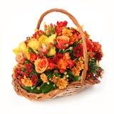 与五颜六色的花的花束在手工制造篮子 免版税库存照片