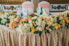 与五颜六色的花的装饰的婚姻的桌设置在经典样式 免版税库存照片