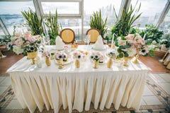 与五颜六色的花的装饰的婚姻的桌设置在经典样式 库存图片