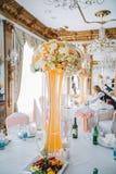 与五颜六色的花的装饰的婚姻的桌设置在经典样式 库存照片