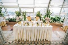 与五颜六色的花的装饰的婚姻的桌设置在经典样式 免版税库存图片