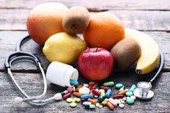 与五颜六色的药片的果子 免版税库存图片