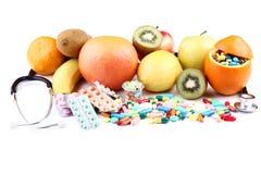 与五颜六色的药片的果子 库存图片