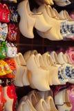 与五颜六色的荷兰木鞋子的商店显示 库存图片