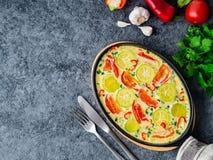 与五颜六色的菜的混合的炒蛋 美好的开胃晚餐 顶视图,特写镜头,黑暗的石桌 免版税库存图片