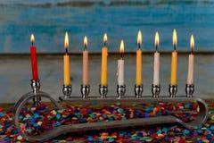 与五颜六色的蜡烛的犹太教灯台在光,关闭的光明节的 库存照片