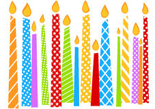 与五颜六色的蜡烛的生日贺卡 免版税库存照片