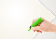 与五颜六色的蜡笔的儿童图画在空的白纸 免版税库存图片