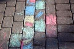 与五颜六色的蜡笔的色的路面砖 免版税库存图片