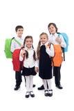 与五颜六色的袋子的愉快的学校孩子 库存照片