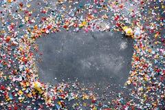 与五颜六色的被击碎的蛋壳的复活节背景和框架与 免版税库存图片